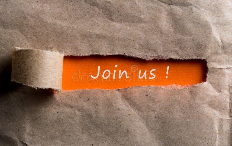 Joignez-nous - message apparaissant derrière le papier brun déchiré Location et nouveau concept de travail images stock