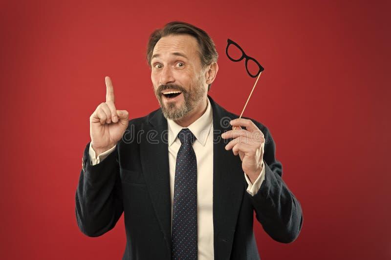 Join Carnival Roupa formal de homem usa óculos falsos acessórios Empresário animado em equipes de fotos em festas Guy imagens de stock