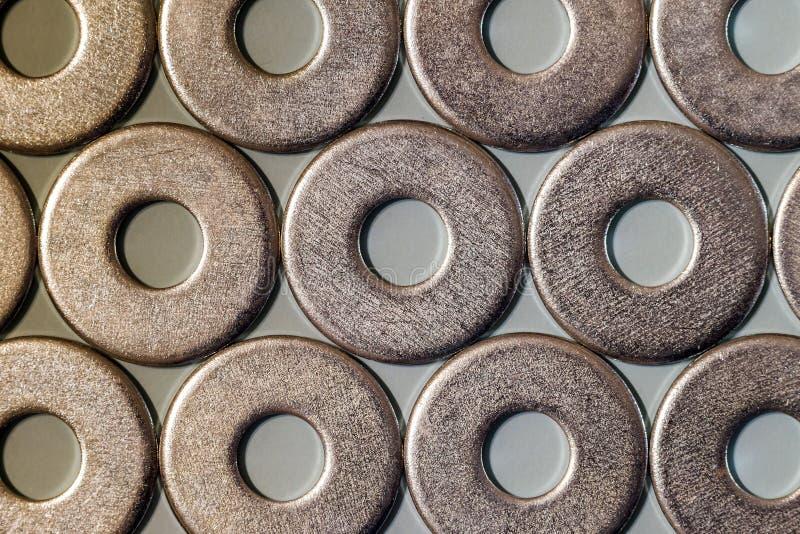 Joiner& x27; acessórios de s Pilhas de arruelas do parafuso de metal sobre foto de stock