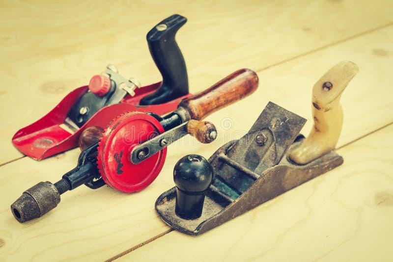 Joinery †«παλαιό ξύλινο αεροπλάνο, ξύλινο γυαλίζοντας εργαλείο σε ένα εργαστήριο του ξυλουργού, αναδρομική έννοια στοκ εικόνες