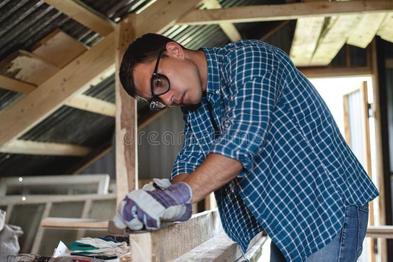joinery O carpinteiro aplana a madeira na oficina Woodworking, telhado, diy fotos de stock royalty free