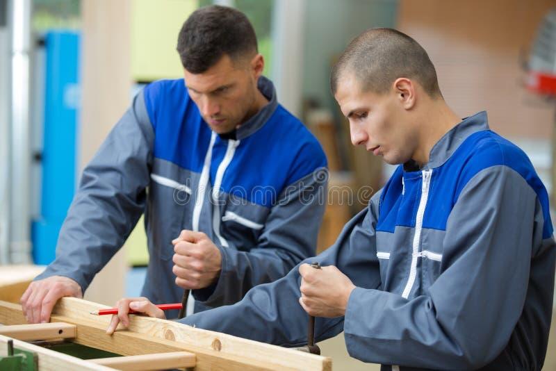 Joinery pracownicy w warsztacie z drewnem obraz stock
