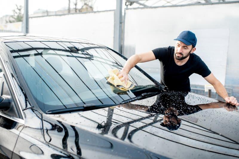 Joint beau essuyant le pare-brise de voiture images stock