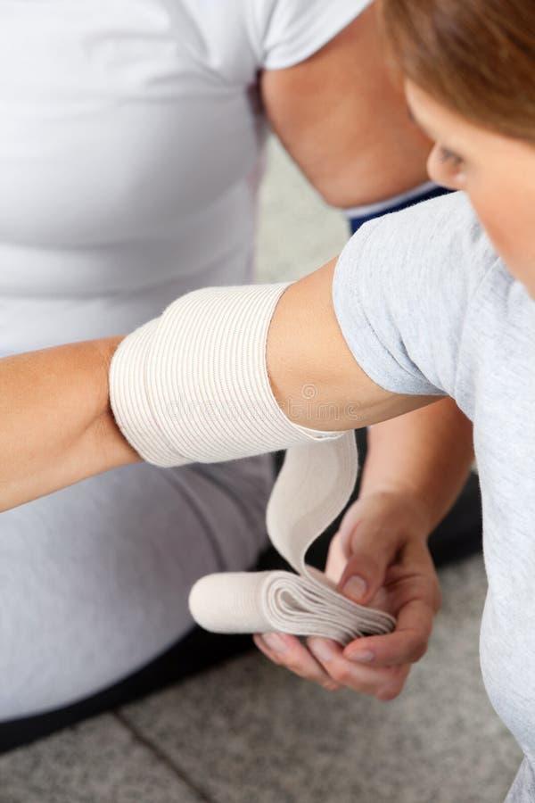 Joint de bras de fixation avec le bandage photographie stock