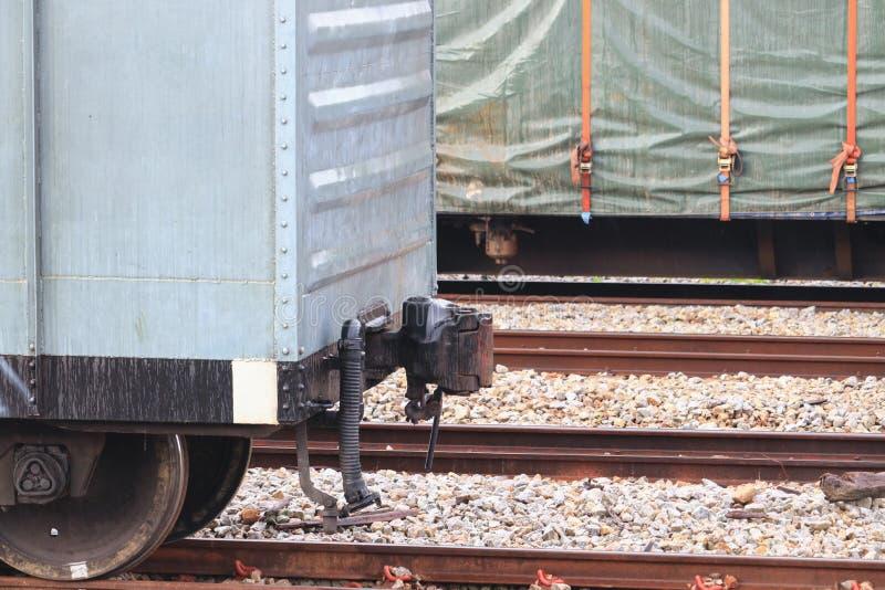 Joint de plan rapproché d'un train sur le chemin de fer à la station images stock