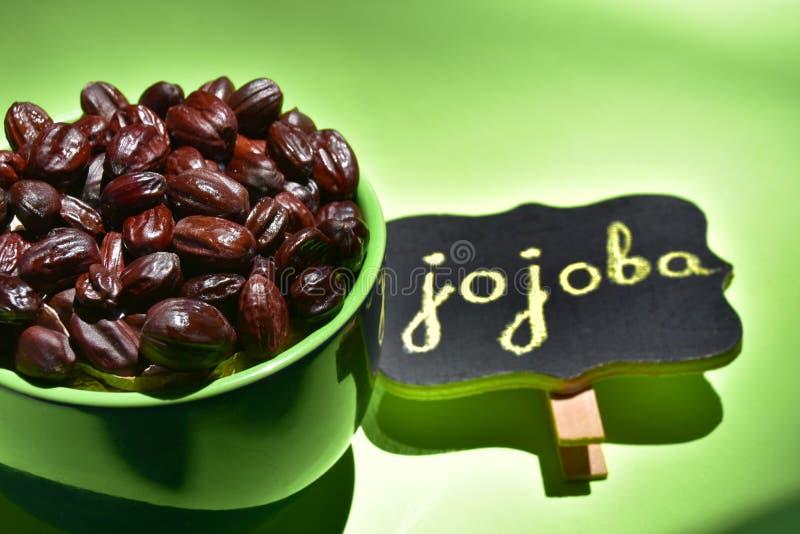 Jojobafrö i en grön bunke royaltyfria bilder