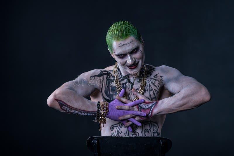 Joker från komiker för en självmordtrupp på en svart bakgrund applicera glanskanten gör upp professionelln arkivbilder