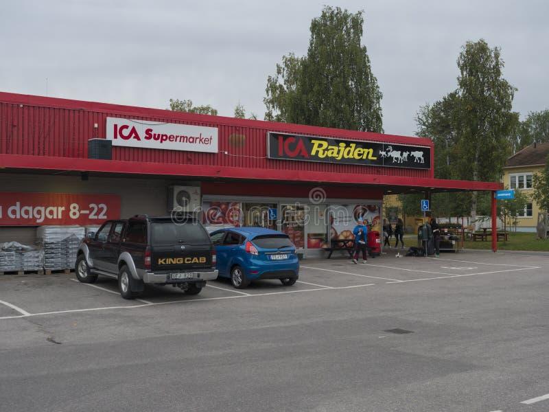 Jokkmokk, Szwecja, 5 września 2019 r.: Wejście do czerwonego budynku ICA Supermarket w Jokkmokk z kupcami i zaparkowanymi samocho obrazy royalty free