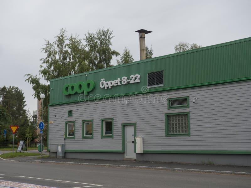 Jokkmokk, Szwecja, 5 września 2019 r.: Zielony biały budynek Coop Supermarket w Jokkmokk fotografia royalty free