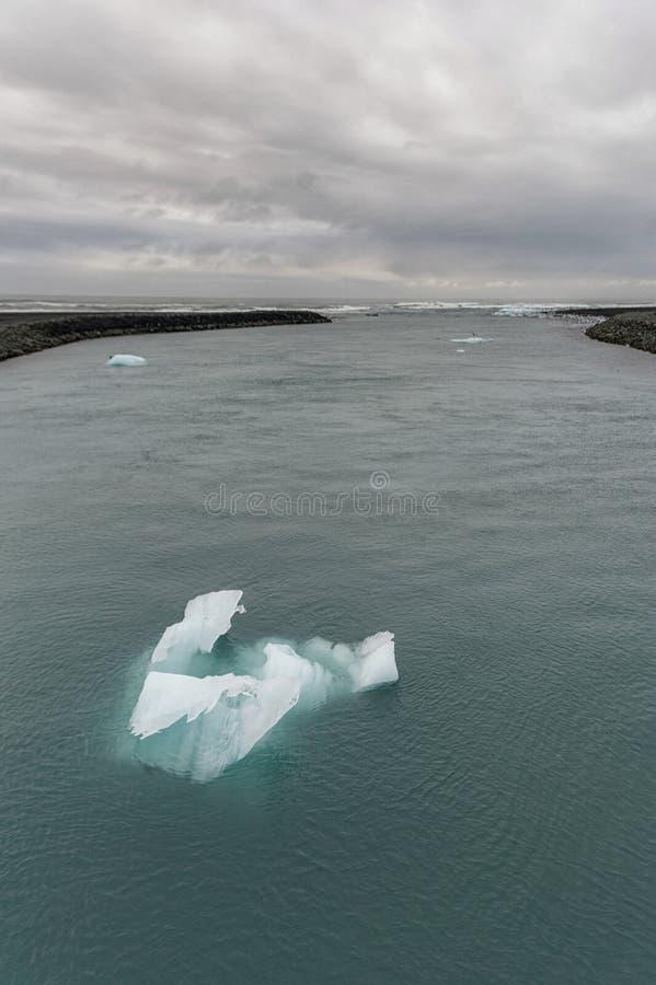 Jokulsarlon冰川盐水湖在冰岛 多云天空、海洋和冰山 库存图片