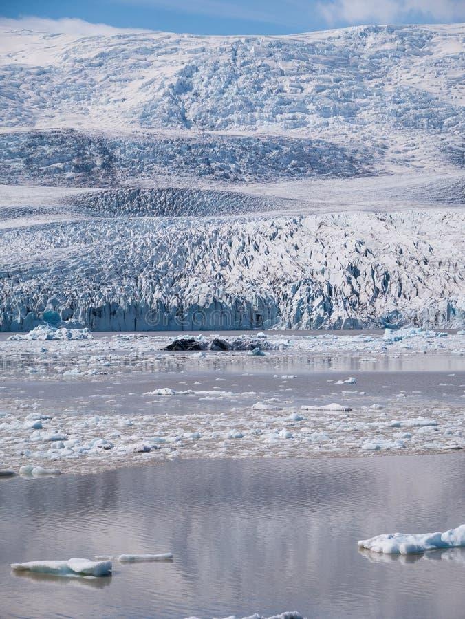 Jokulsarlon湖的一个惊人的图象,有在后面的瓦特纳冰原冰川的 免版税库存照片