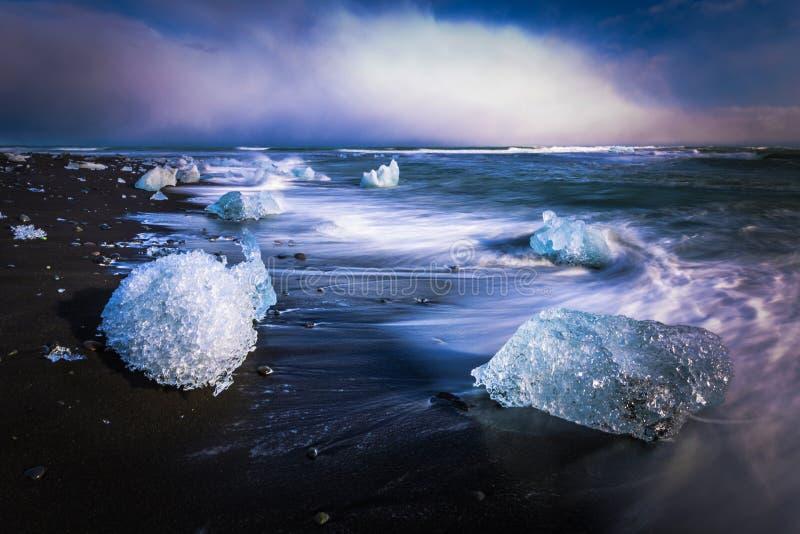 Jokulsarlon - 05 de maio de 2018: Blocos de gelo na praia de Diamond, perto de Jokulsarlon, Islândia fotografia de stock
