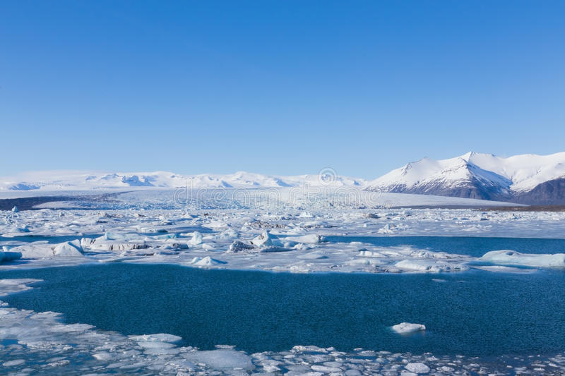 Jokulsarlon est un grand lac glaciaire en Islande du sud-est pendant l'hiver images libres de droits