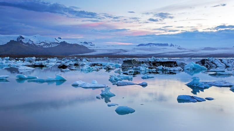 Jokulsarlon glaciärlagun i Island på natten med is som svävar i vatten arkivbild