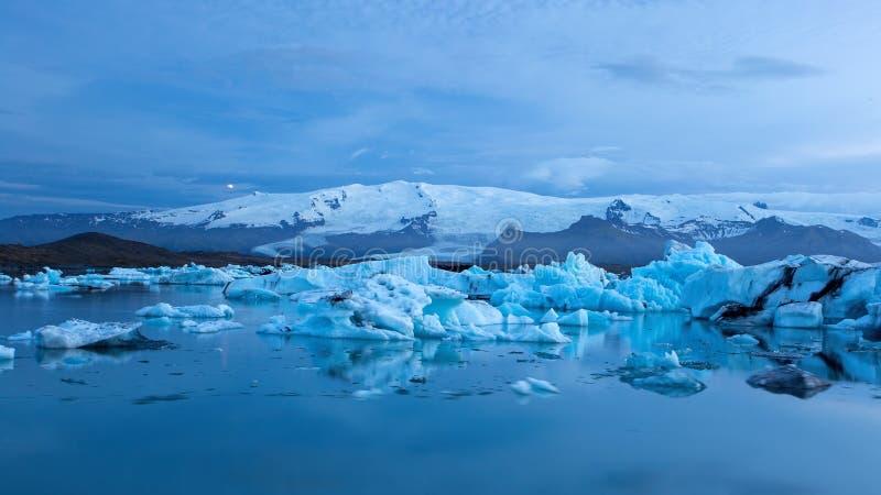 Jokulsarlon glaciärlagun i Island på natten med is som svävar i vatten arkivfoto
