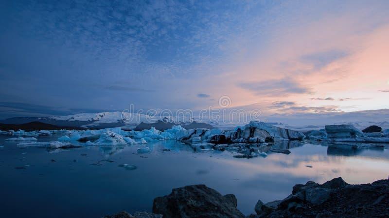Jokulsarlon glaciärlagun i Island på natten med is som svävar i vatten arkivfoton