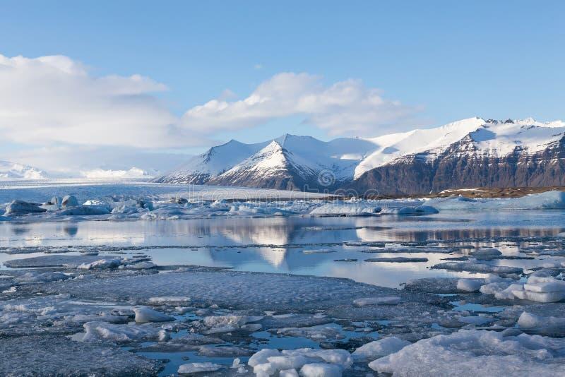 Jokulsarlon glaciale e laguna con il fondo del cielo blu, Islanda immagine stock libera da diritti