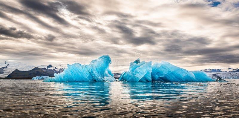 Jokulsarlon Glacier Lagoa Islândia durante o pôr do sol fotografia de stock royalty free