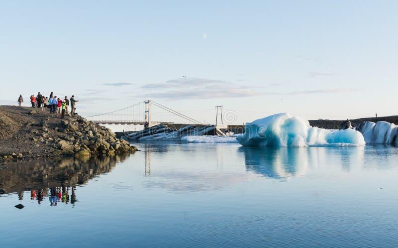 JOKULSARLON ISLAND - AUGUSTI 2018: folk som tar bilder av isberget i vattnet av den Vatnajokull glaciärlagun fotografering för bildbyråer