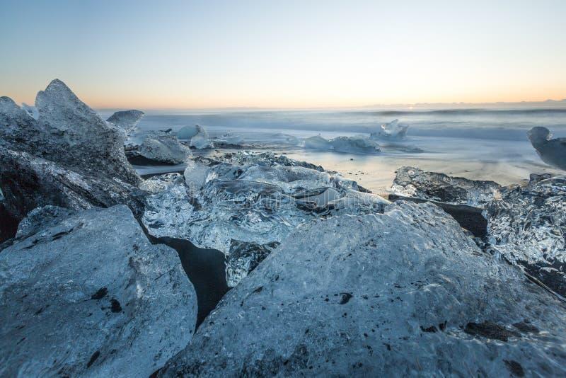 Jokulsarlon lodowa lodu i laguny plażowy diament Wyrzucać na brzeg laguny górę lodowa Jokulsarlon przy wschodem słońca obraz stock