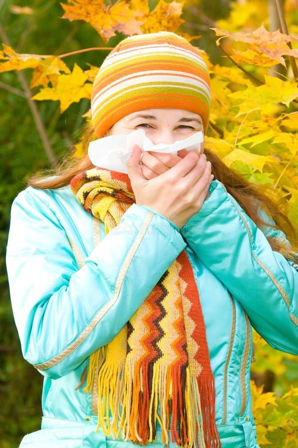 Joli éternuement de femme. grippe image stock