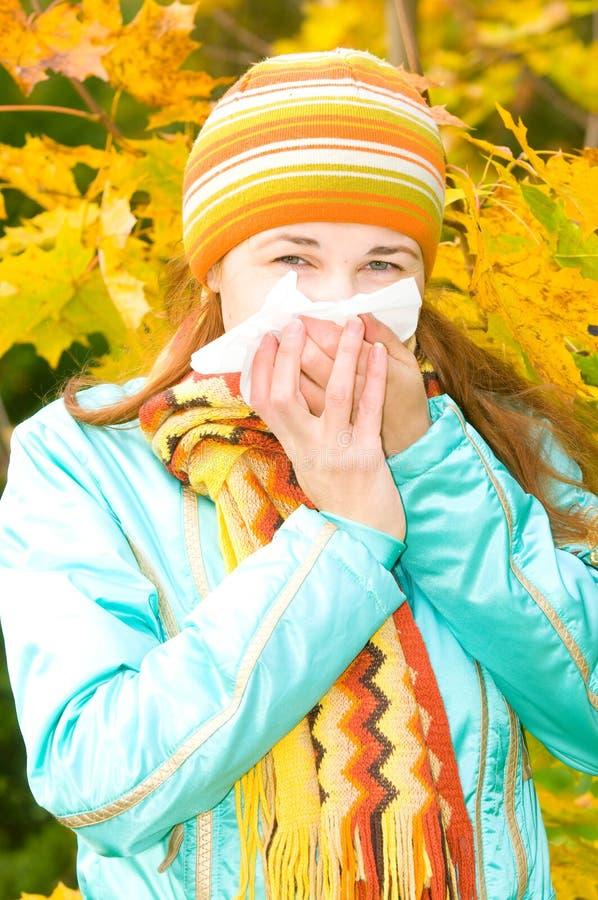 Joli éternuement de femme. grippe images stock