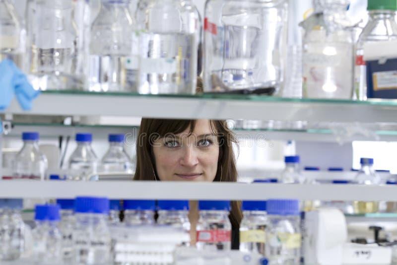 Joli étudiant dans le laboratoire photo stock