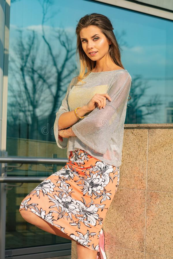 Joli attrayant et jeune femme posant sur la rue dans des v?tements color?s photo stock
