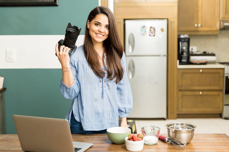 Joli blogger de nourriture prenant des photos photo stock