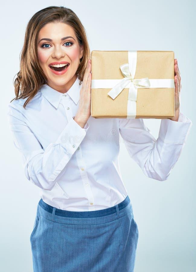 Joli boîte-cadeau de papier de prise de jeune femme Isolat blanc de fond photos stock