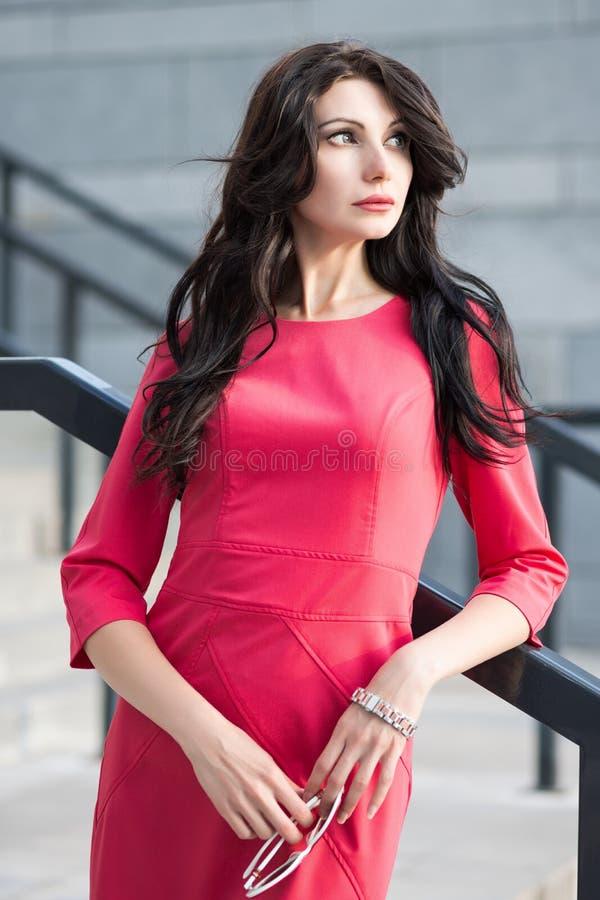 Joli brunette dans la robe rouge photo libre de droits