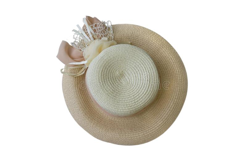 Joli chapeau de paille avec le ruban et fleur d'isolement sur la vue supérieure de fond de chapeau blanc de plage images libres de droits