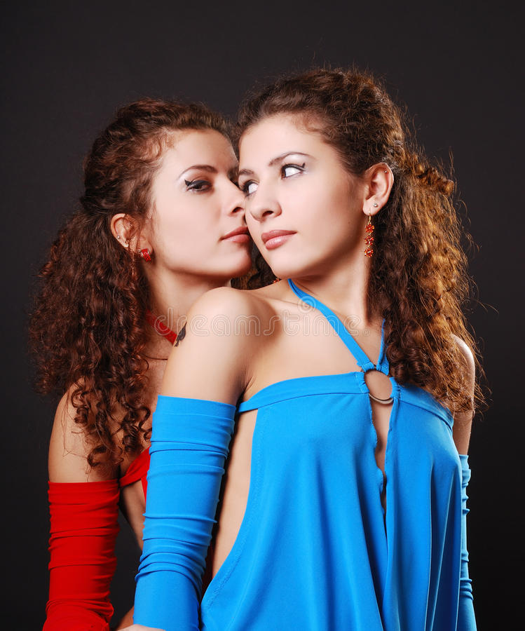 Joli chuchotement de jumeaux photos stock