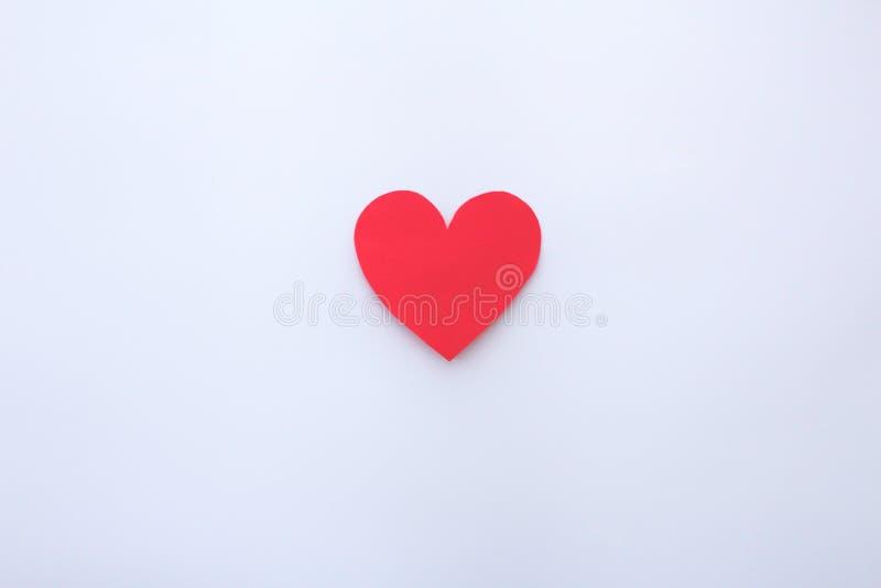 Joli coeur de papier rouge avec le fond blanc image stock