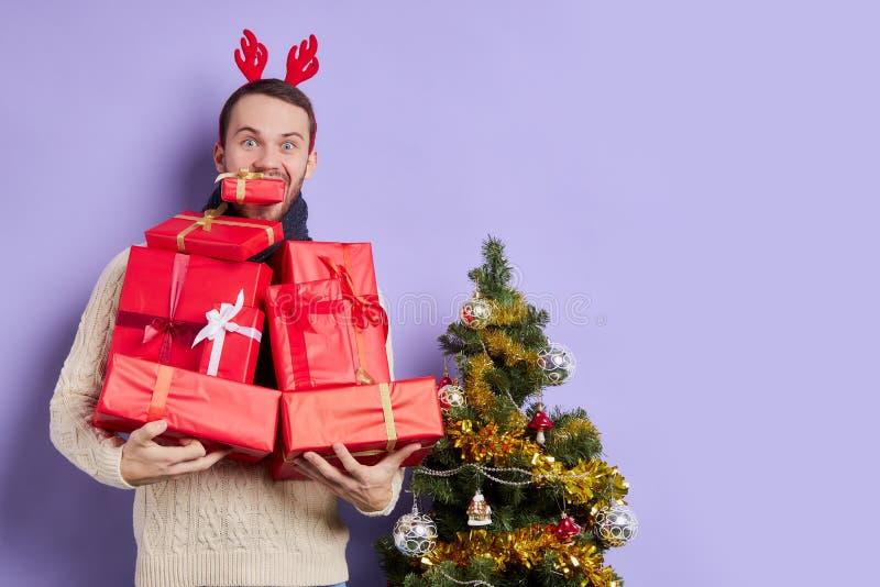 Joli couple avec une pile de cadeaux images libres de droits
