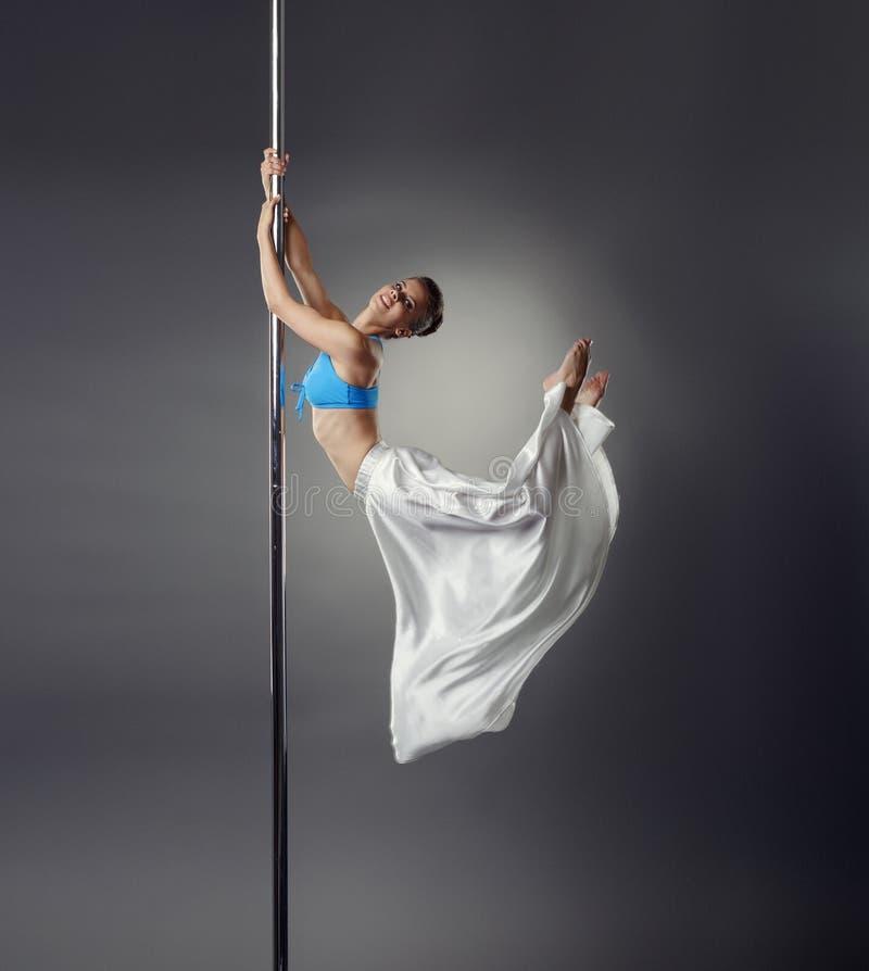 Joli danseur plié d'une manière élégante tout en dansant sur le poteau photos libres de droits