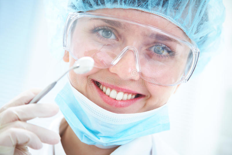 Joli dentiste de sourire photo stock
