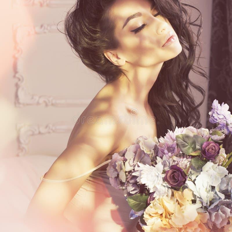 Joli femme avec des fleurs photo stock