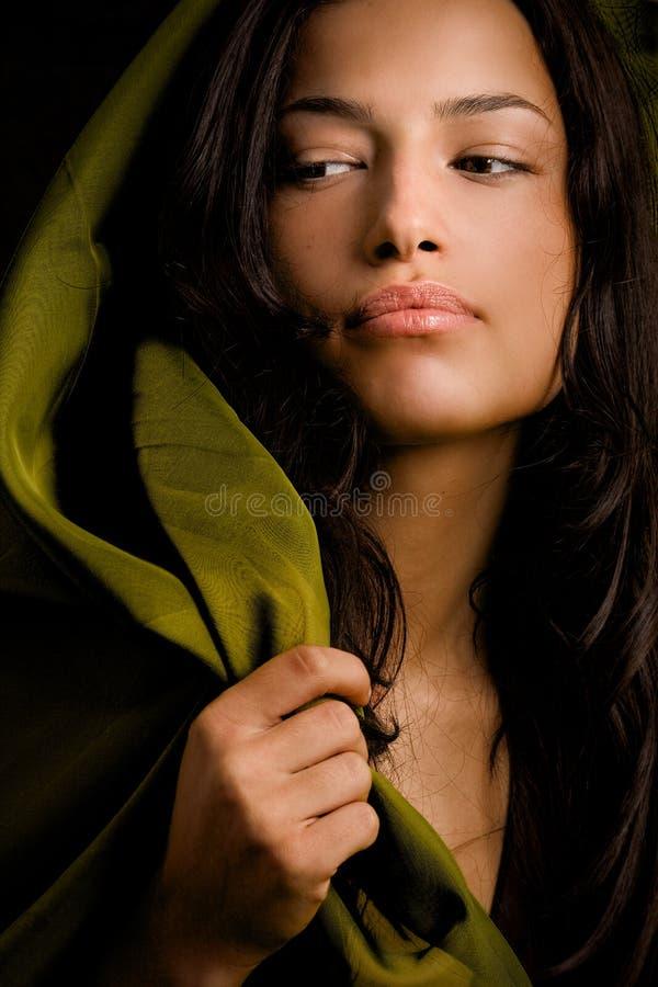 Joli femme avec l'écharpe verte photos libres de droits