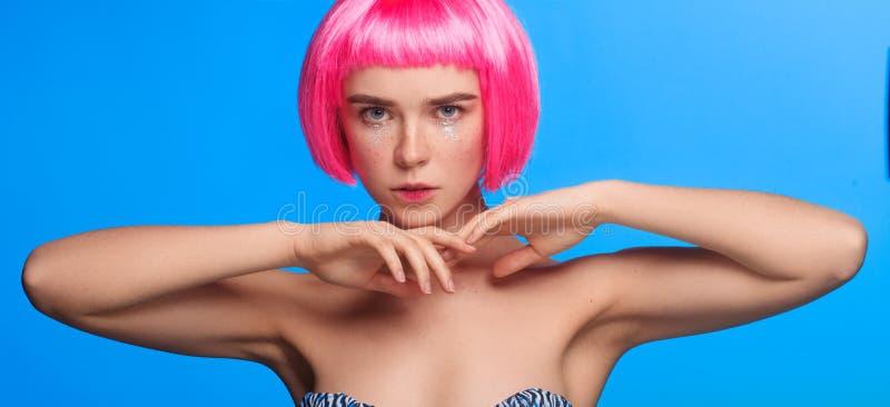 Joli femme avec le cheveu rose photo libre de droits