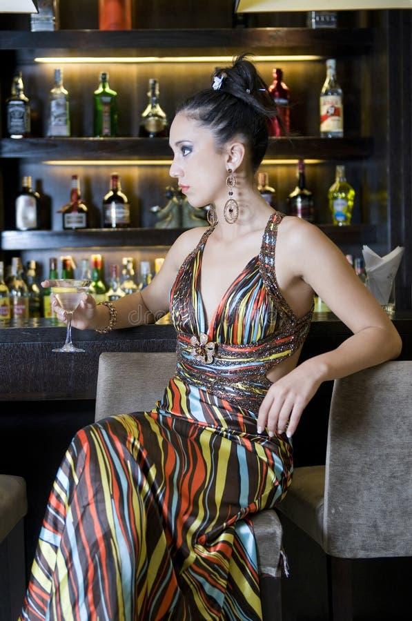 Joli femme buvant dans un bar photo libre de droits