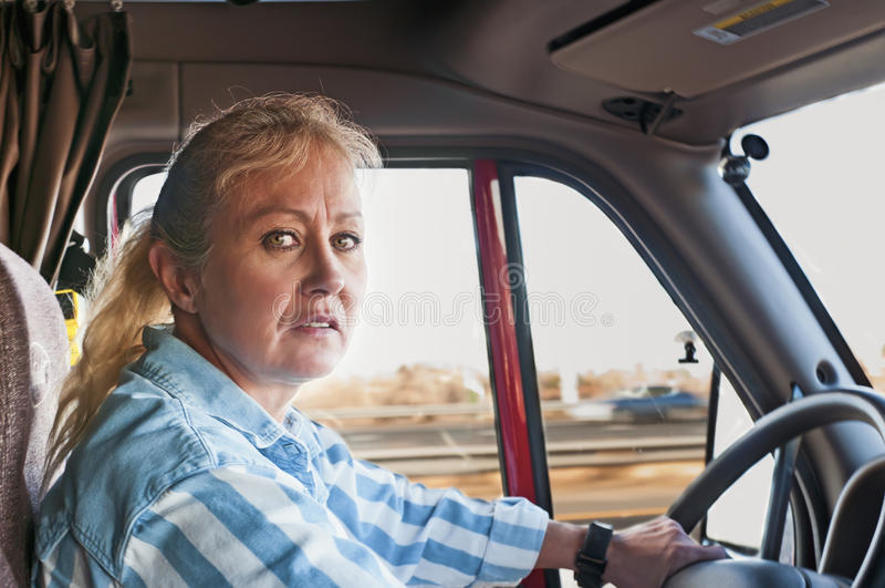 Joli femme conduisant un Semi-Camion photos stock