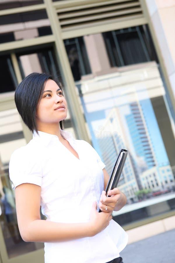 Joli femme d'affaires au bureau photographie stock libre de droits