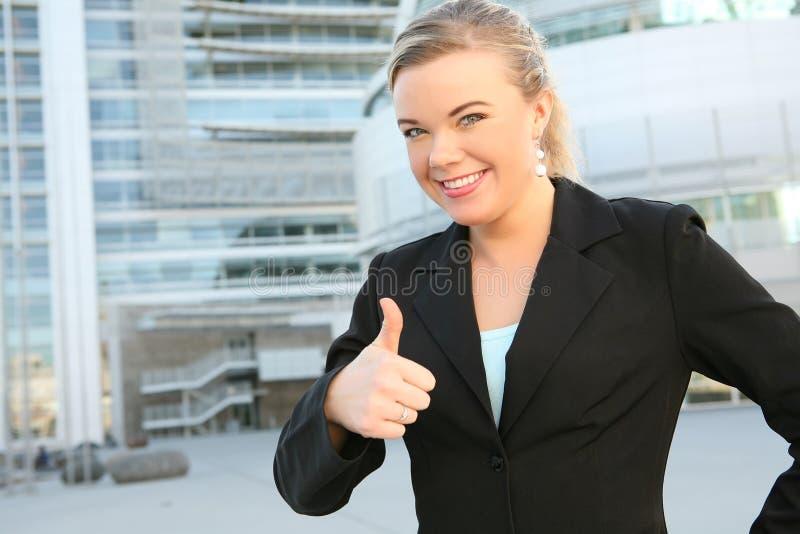 Joli femme d'affaires avec des pouces vers le haut image libre de droits