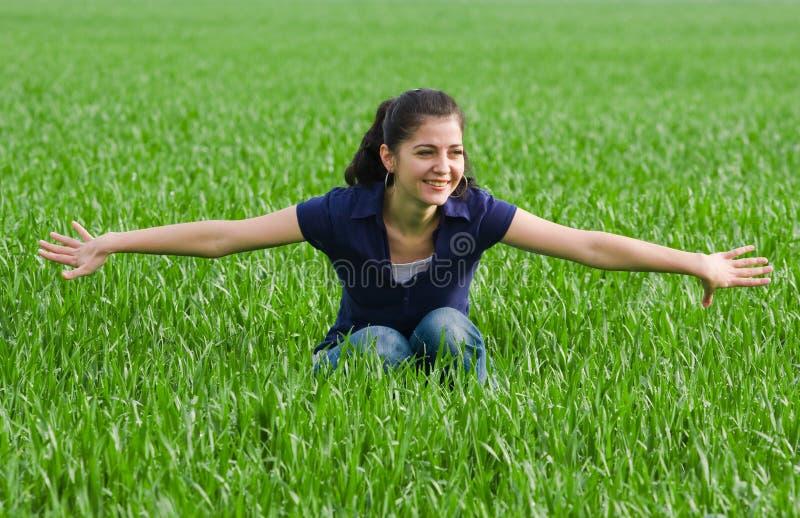 Joli femme dans le grassfield photos libres de droits