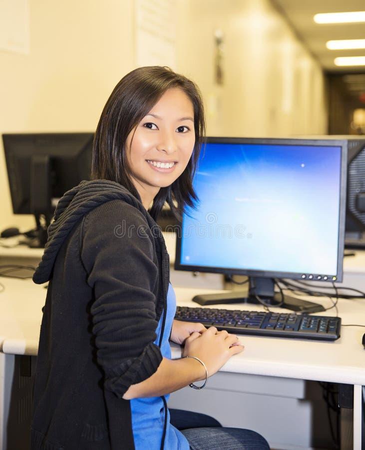 Joli femme dans le laboratoire d'ordinateur photos stock