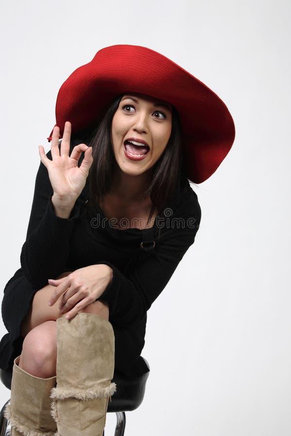 Joli femme dans Red Hat photo stock