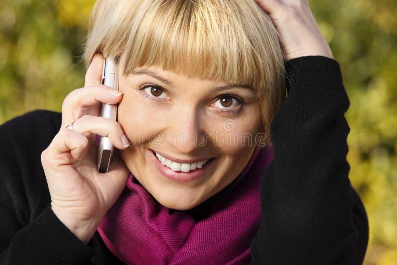 Joli femme parlant au téléphone image stock