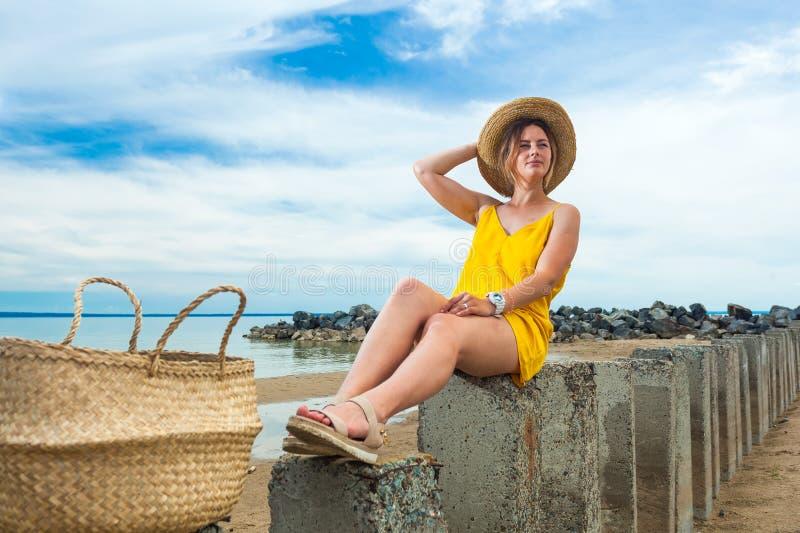 Joli femme sur la plage image libre de droits