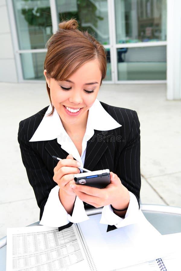 Joli femme Texting au travail photographie stock libre de droits